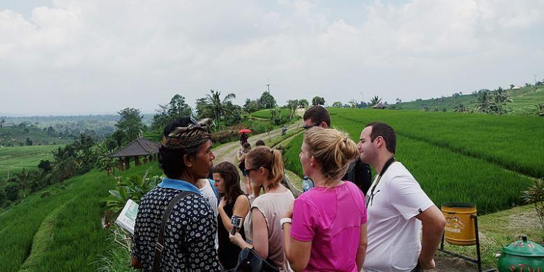 Wisatawan asing mengunjungi Desa Jatiluwih, Kabupaten Tabanan, Bali, untuk melihat persawahan yang masuk dalam sistem pengairan subak, pertengahan Oktober 2016.