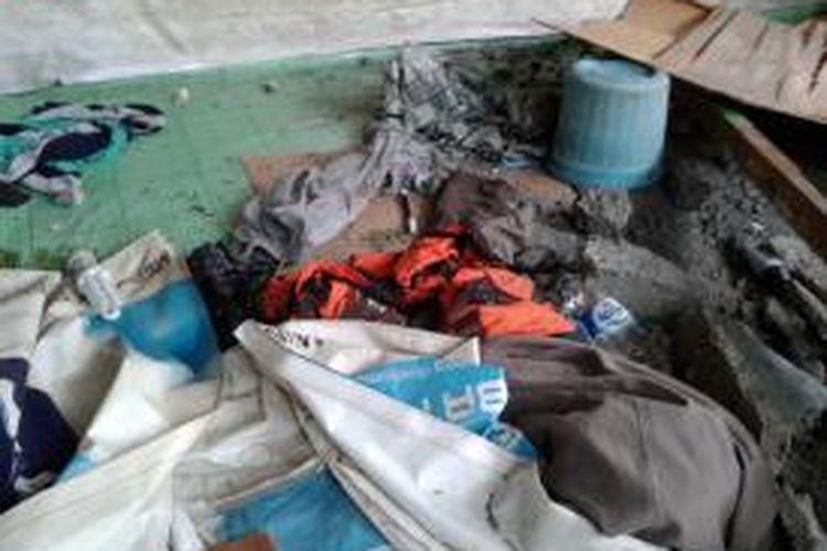 Seragam sebuah organisasi kemasyarakatan (ormas) yang ditemukan tergeletak di ruang penyiksaan seorang pedagang asongan di Jalan Jakarta-Tangerang, tak jauh dari pintu tol Kebon Jeruk II, Jakarta Barat, Senin (16/9/2013)
