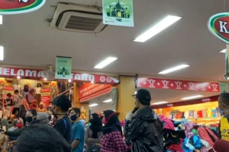 Sidak toko yang dipadati pengunjung di Purwokerto, Kabupaten Banyumas, Jawa Tengah, Minggu (17/5/2020) sore.