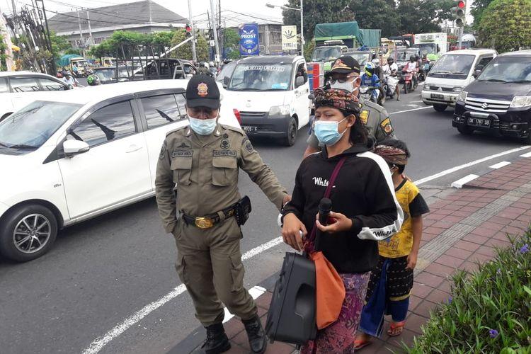 Satpol PP merazia pengamen di Kota Denpasar yang menggunakan busana adat Bali.