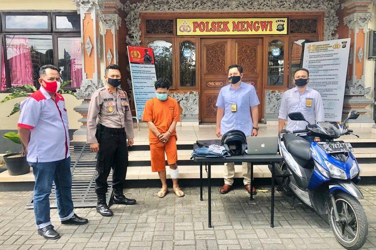 Polisi menangkap IGPS (48) karena mencuri apple macbook milik turis Serbia, Katarina Radovic di sebuah villa kawasan Mengwi, Badung, Bali pada Senin (27/7/2020).