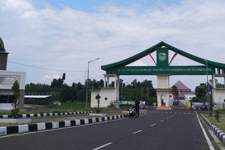 Pusat Pemerintahan Kabupaten Tasikmalaya berlokasi di Jalan Bojong Koneng, Singaparna, terlihat sepi dan dijaga ketat oleh para anggota Satpol PP daerah setempat, Senin (4/5/2020).