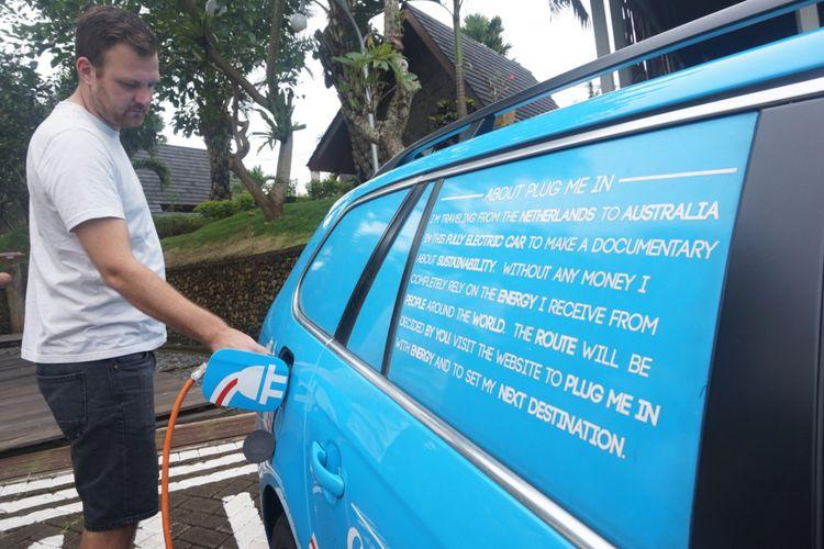 Wiebe Wakker saat memeriksa kabel mobil listrik nya di Hotel Sahid Osing Banyuwangi Rabu (14/3/2018).