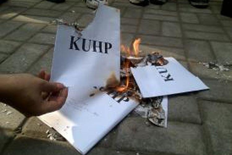 Dosen, aktivis mahasiswa fakultas hukum dan Komisi Yudisial (KY) penghubung wilayah Nusa Tenggara Barat (NTB), membakar poster bertuliskan 'KUHP' sebagai bentuk protes atas penetapan tersangka dua komisioner KY oleh polisi.