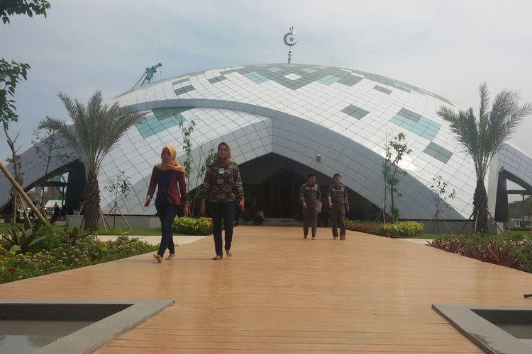 Masjid Al Akbar di Bandara Internasional Yogyakarta tampak megah.