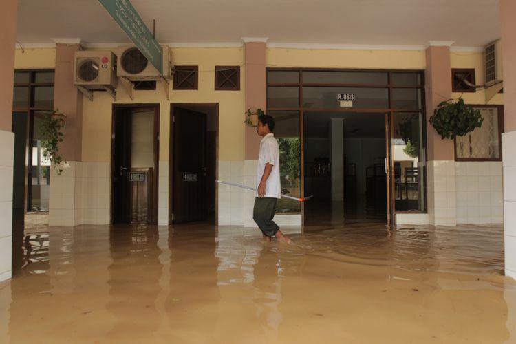 Tergenang air - Banjir merendam Sekolah Menengah Atas Negeri 8, Bukit Duri, Jakarta Selatan, beberapa waktu lalu