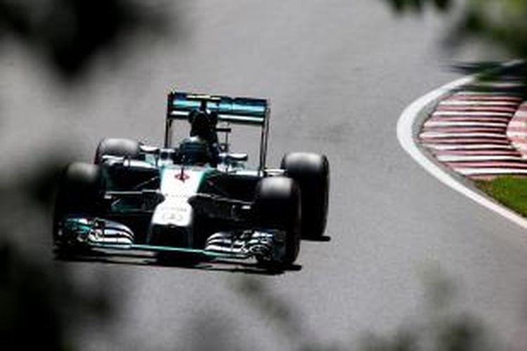 Pebalap Mercedes asal Jerman, Nico Rosberg, membalap di Sirkuit Gilles Villeneuve pada sesi latihan ketiga GP Kanada, Sabtu (7/6/2014).