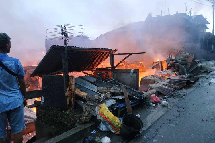 Kebakaran hebat menghangsukan kawasan apdat penduduk di Ongkoloing, Desa Batu Merah, Kecamatan Sirimau Ambon, Minggu (29/3/2020)