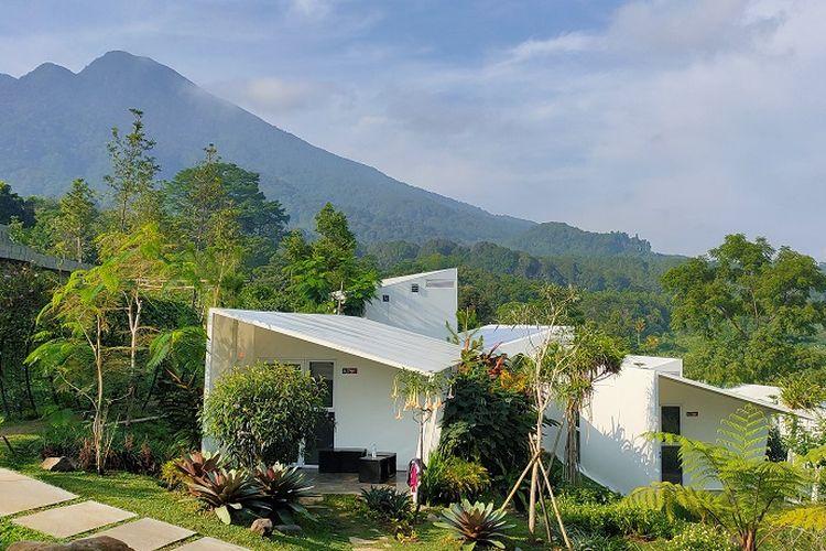 Hotel Leuweung Geledegan Ecolodge Bogor yang berkonsep bumi perkemahan atau glamour camping (glamping), Sabtu (7/12/2019). Tepat di belakang kamar-kamar atau lodge, terdapat pemandangan Gunung Salak yang memanjakan mata.
