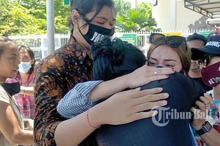 Salah satu kerabat Nora menangis dan memeluk Nora ketika sidang putusan majelis hakim kepada Jerinx usai, Kamis (19/11/2020). Diketahui sebelumnya majelis hakim memvonis Jerinx dengan hukuman 1 tahun dan 2 bulan (14 bulan) penjara.