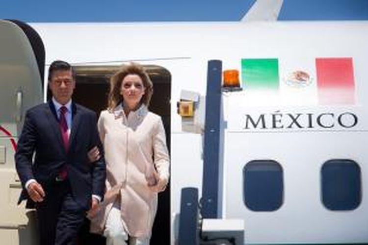 Presiden Meksiko Enrique Pena Nieto bersama ibu negara, Angelica Rivera saat tiba di Brisbane, Australia untuk menghadiri KTT G-20 pada 15 November 2014.