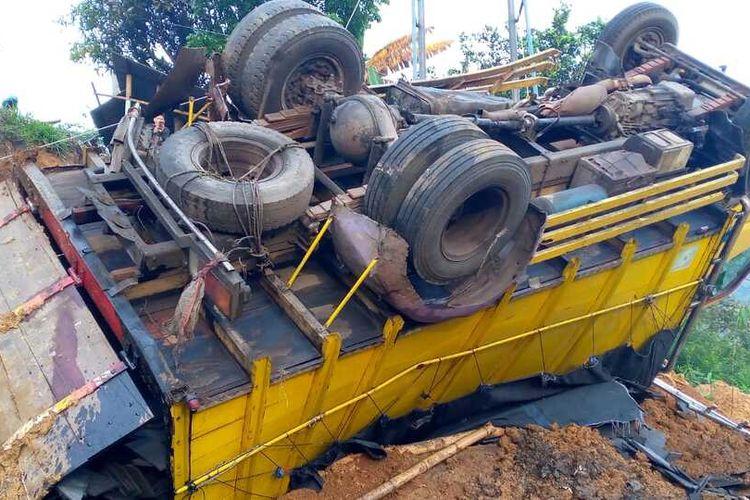 Sebanyak 2 truk bermuatan berat terjun ke jurang akibat tak kuat menanjak di kawasan Gentong, Kabupaten Tasikmalaya, Rabu (15/9/2021).