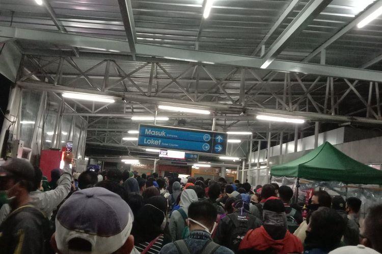 Kondisi Stasiun Cilebut yang dipadati penumpang kereta rel listrik (KRL) pada Selasa (14/4/2020) pagi