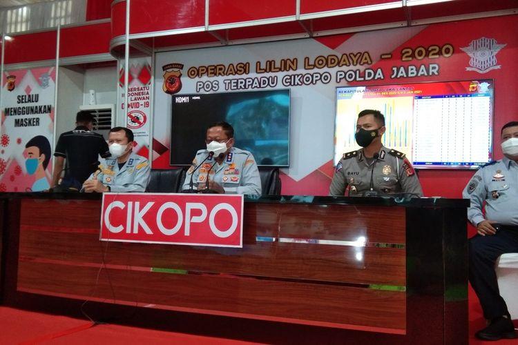 Dirjen Perhubungan Darat Kementerian Perbuhungan RI Budi Setiyadi (tengah) dan Kabag Binopsdit 2 Polda Jabar Kompol Bayu Catur (kanan) saat melakukan overview arus balik libur Nataru di Pos Terpadu Cikopo, Purwakarta, Minggu (3/1/2021).