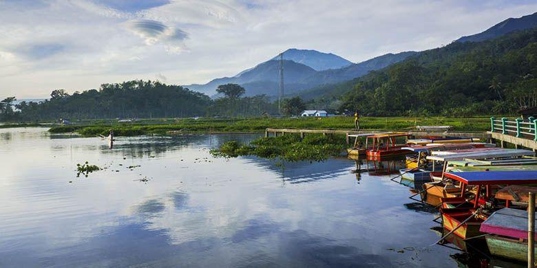 Deretan perahu menepi di Rawa Pening, Kabupaten Semarang, Jawa Tengah.