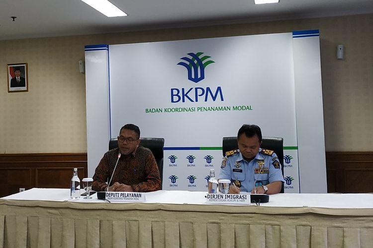 Deputi Bidang Pelayanan Penanaman Modal BKPM Husen Maulana (kiri) menyampaikan keterangan terkait layanan sistem Online Single Submission (OSS) dengan Sistem Informasi Manajemen Keimigrasian (SIMKIM) di Kantor BKPM, Jakarta, Senin (2/9/2019).
