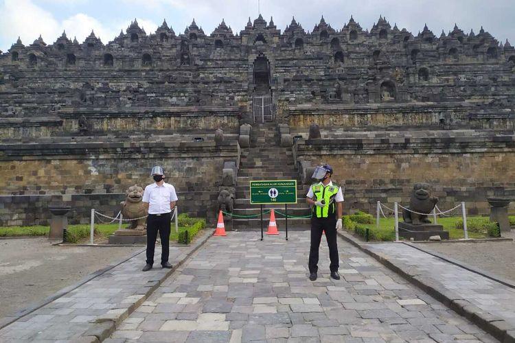 Petugas dengan masker dan face shield berjaga di zona I Candi Borobudur Magelang, Senin (7/7/2020).