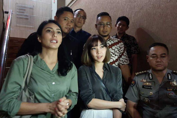 Gisella Anastasya dan Tyas Mirasih keluar dari ruang pemeriksaan Ditreskrimsus Polda Jatim, Jumat (6/3/2020) sore.