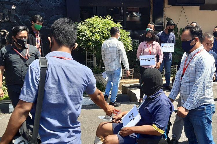 Pelaku HT memakai kursi roda dalam proses reka adegan kasus dugaan pembunuhan satu keluarga di halaman Mapolres Sukoharjo, Jawa Tengah, Kamis (27/8/2020).