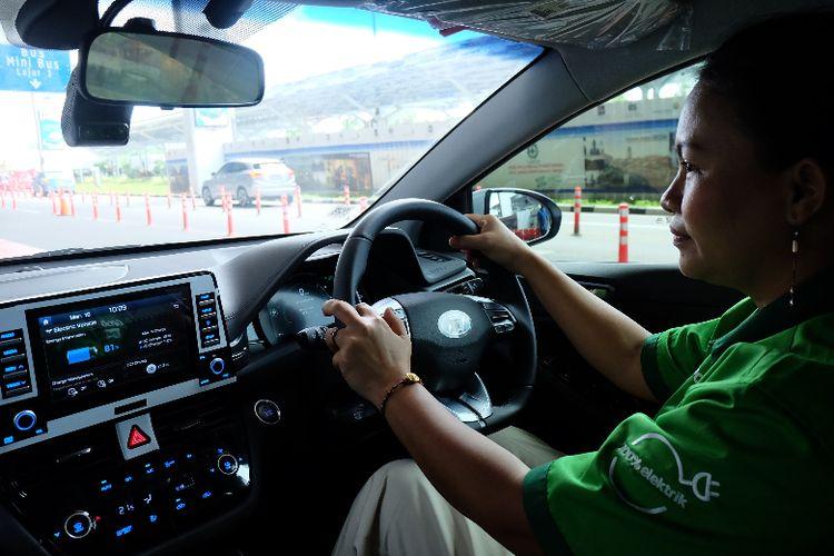 Ani Rahayu, Mitra Grab menjelaskan fungsi layar dan tombol yang ada di Hyundai IONIQ EV