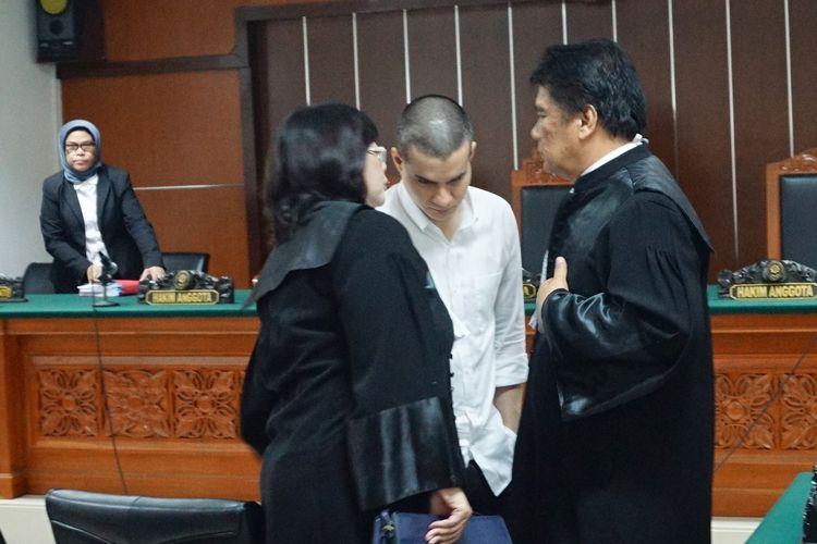 Artis peran Steve Emmanuel sempat berdiskusi dengan tim kuasa hukumnya usai menjalani persidangan penyalahgunaan narkoba di Pengadilan Negeri Jakarta Barat, Kamis (4/4/2019).