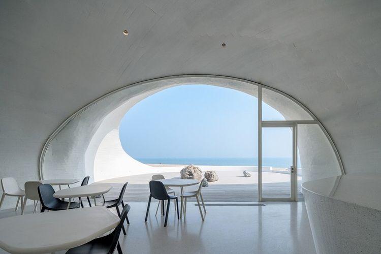 Ruangan kafe dirancang menghadap lansung ke arah laut.