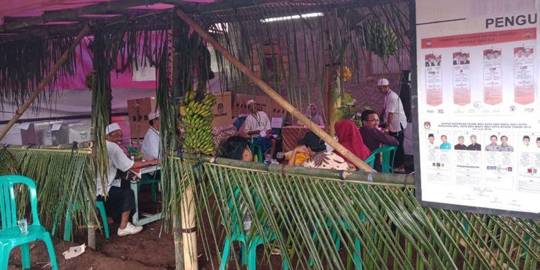 TPS 20 di Kampung Bulak Utara RT 03 RW 05 Kelurahan Kencana, Kecamatan Tanah Sareal, Kota Bogor, Jawa Barat menampilkan TPS Hajatan Tempo Doeloe, Rabu (27/6/2018).