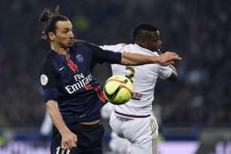 Penyerang andalan Paris Saint-Germain (PSG), Zlatan Ibrahimovic, berduel dengan pemain Olympique Lyon, Henri Bedimo, di Lyon, Minggu (28/2/2016) waktu setempat.