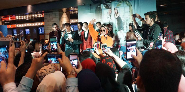 Artis musik Melly Goeslaw dan rekan duetnya, Rama Davis dalam Eksklusif Screening film Eiffel Im In Love 2 di CGV Grand Indonesia, Tanah Abang, Jakarta Pusat, Minggu (11/2/2018).