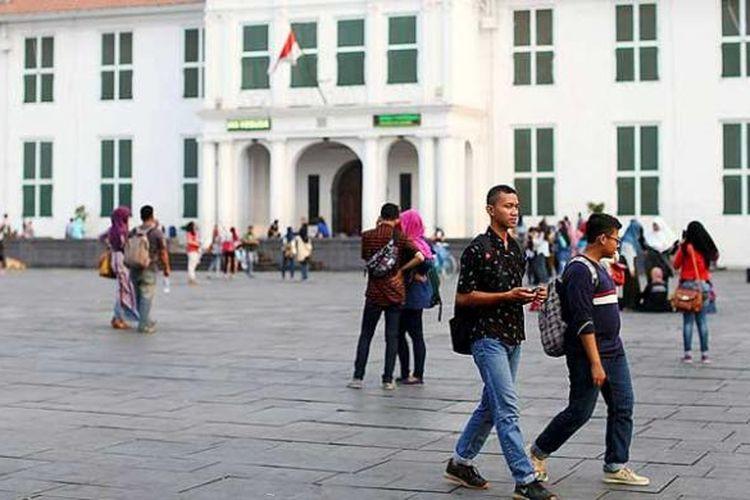 Pengunjung berfoto di depan Museum Sejarah Jakarta di Kota Tua, Jakarta Barat, Senin (26/10/2016). Kota Tua yang menyimpan banyak sejarah Jakarta menjadi daya tarik bagi warga dan wisatawan baik asing maupun nusantara untuk berkunjung.