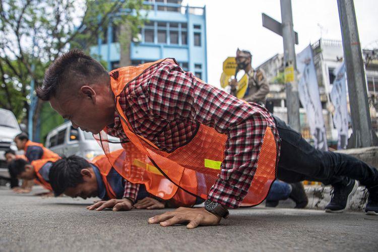 Pelanggar protokol kesehatan di Palembang, Sumatera Selatan dihukum push-up lantaran kedapatan tak menggunakan masker ketika dilakukan razia oleh tim Satgas Covid-19,Rabu (16/9/2020).