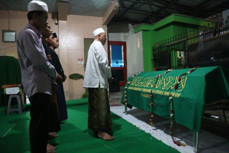 Sejumlah pentakziyah menggelar shalat mayit di dekat jenazah Sulaimatul Azizah, Jumat (26/4/2019). Jenazah mahasiswa Unhasy itu akan dimakamkan di pemakaman Tebuireng Jombang, Sabtu (27/4/2019) pagi.
