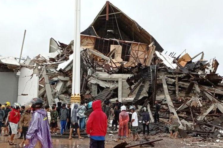 Warga mengamati Gedung Kantor Gubernur Sulawesi Barat yang rusak akibat gempa bumi, di Mamuju, Sulawesi Barat, Jumat (15/1/2021).