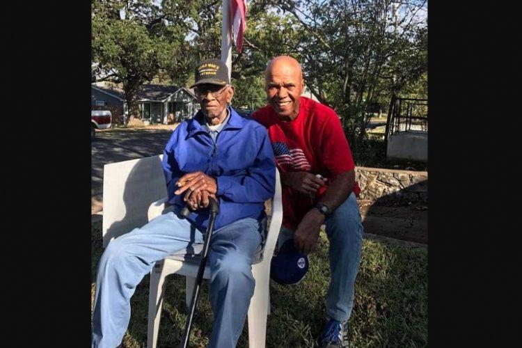 Veteran Perang Dunia II Richard Overton (kiri) bersama sepupunya Volma Overton Jr.