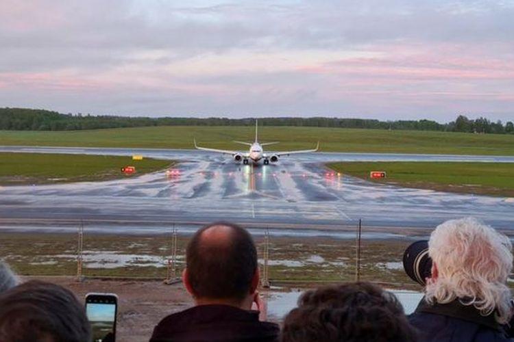 Pesawat Ryanair, yang salah satu penumpangnya adalah Roman Protasevich, mendarat di Bandara Vilnius, Lithuania enam jam sesudah jadwal semula pada Minggu (23/5/2021).