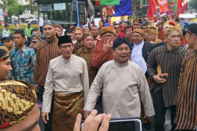 Prabowo Subianto-Sandiaga Uno mengikuti karnaval deklarasi Kampanye Damai di kawasan Monas, Minggu (23/9/2018)