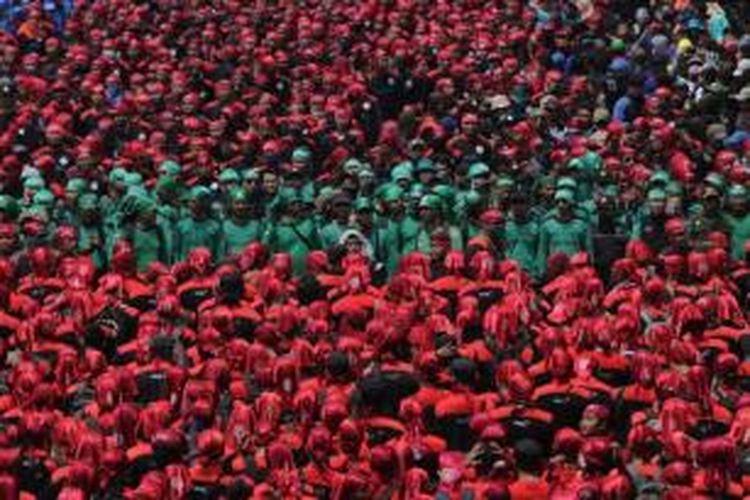 Massa buruh yang tergabung dalam Gerakan Buruh Indonesia berdemonstrasi melintasi Jalan Medan Merdeka Barat, Jakarta Pusat, Selasa (1/9/2015). Demonstrasi dilakukan karena adanya ancaman PHK besar-besaran seiring dengan anjloknya nilai tukar rupiah terhadap dolar AS.