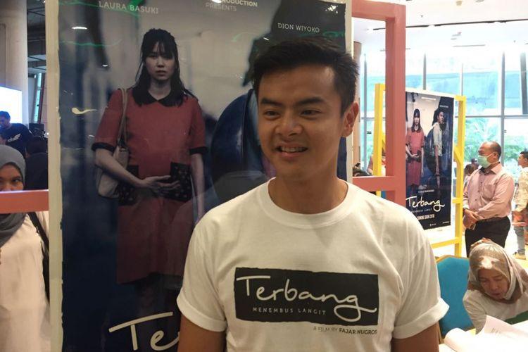 Dion Wiyoko menghadiri jumpa pers film Terbang, Menembus Batas di Kuningan City, Jakarta Selatan, Senin (25/9/2017). Film itu disutradarai oleh Fajar Nugros yang mengangkat kisah nyata perjuangan hidup seseorang yang bernama Onggy.