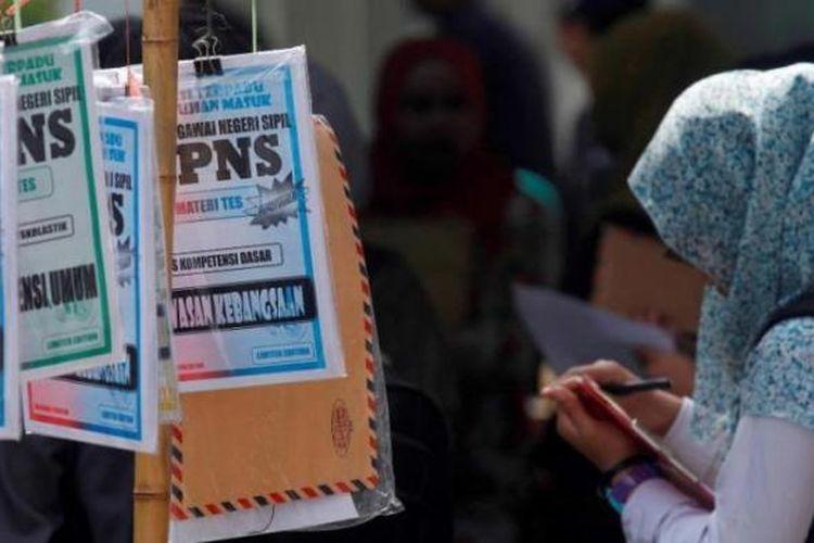 Buku latihan soal tes calon pegawai negeri spil (CPNS) yang dijual di lokasi penyerahan berkas lamaran di Youth Center, Sleman, DI Yogyakarta, beberapa waktu lalu.