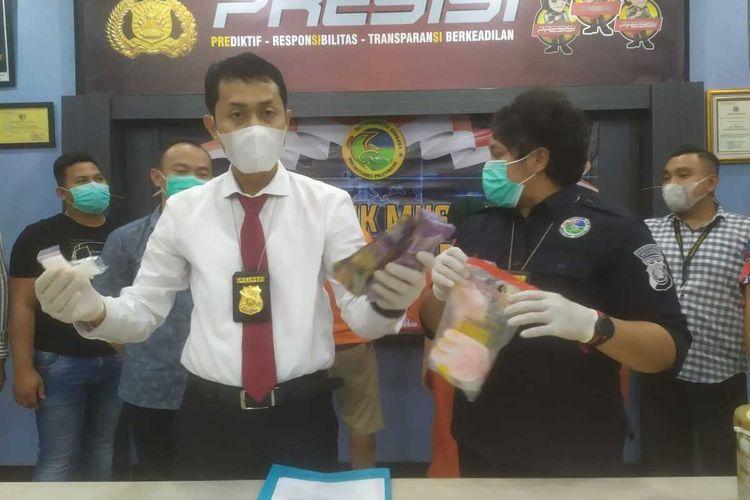 Kepala Satuan Reserse Narkoba Polrestabes Palembang Ajun Komisaris Besar Polisi (AKBP) Andi Supriadi saat melakukan gelar perkara kasus narkoba yang melibatkan satu orang keluarga, Senin (21/6/2021).