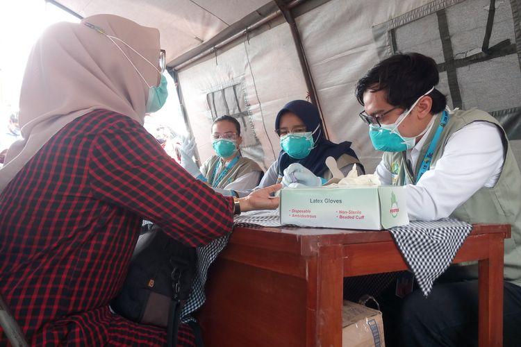 Seorang pengunjung kawasan Puncak Cianjur, Jawa Barat sedang menjalani rapid test di rest area Segar Alam Ciloto Cianjur, Sabtu (20/6/2020) petang.