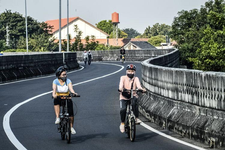 Pesepeda melintas di Jalan Layang Non Tol Antasari, Jakarta, Minggu (30/8/2020) pagi.