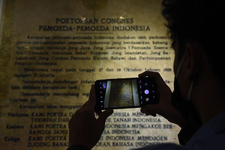 Mahasiswa mengunjungi Museum Sumpah Pemuda, di Jalan Kramat Raya No. 106, Jakarta, Selasa (27/10/2020). Jelang peringatan Hari Sumpah Pemuda pada tanggal 28 Oktober, pengelola mulai membenahi museum yang memiliki koleksi foto dan benda-benda bersejarah dalam pergerakan nasional kepemudaan dan menjadi tonggak sejarah perjuangan kemerdekaan RI. ANTARA FOTO/Indrianto Eko Suwarso/foc.