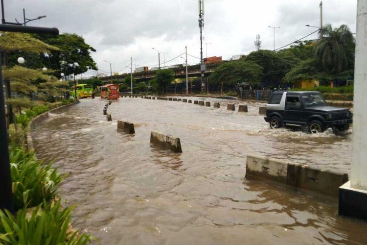 Banjir di Jalan Lodan Raya, Pintu Barat Taman Impian Jaya Ancol, Pademangan, Jakarta Utara, Selasa (25/2/2020)