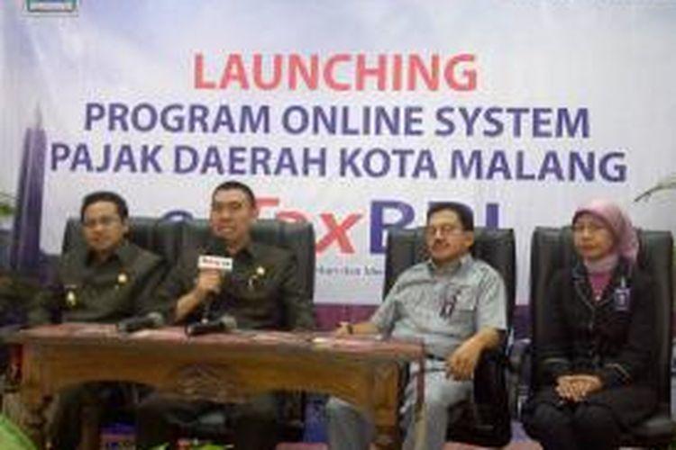 Wali Kota Malang, Muhammad Anton (kedua dari kiri) dan Wakil Wali Kota Sutiaji (paling kiri) saat hadir dalam launching pajak online di Kota Malang, Senin (28/10/2013).