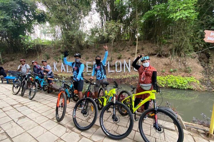 Pesepeda saat melintas di lokasi wisata Kali Cemplong, Sabtu (8/8/2020).