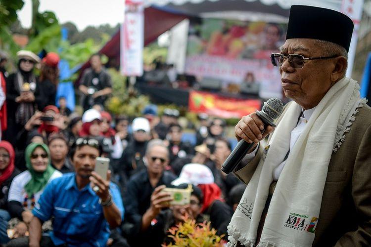 Calon Wakil Presiden nomor urut 01 Maruf Amin memberikan pidato politiknya kepada relawan Jokowi-Maruf Amin saat kampanye di Desa Cigugur Girang, Parongpong, Kabupaten Bandung Barat, Jawa Barat, Minggu (20/1/2019). Dalam kampanyenya, Maruf Amin juga membuka bazaar hasil bumi dari relawan Jokowi-Maruf Amin. ANTARA FOTO/Raisan Al Farisi/ama.