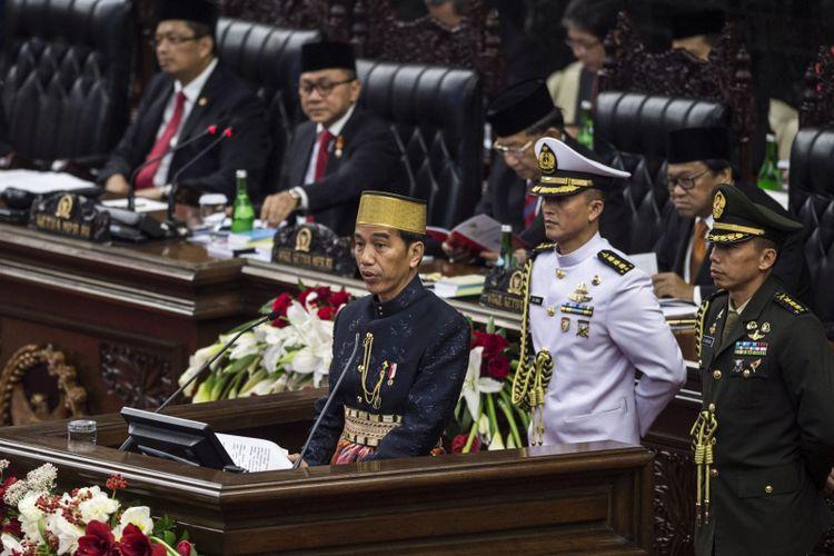 Presiden Joko Widodo menyampaikan pidato kenegaraan saat Sidang Tahunan MPR Tahun 2017 di Kompleks Parlemen, Senayan, Jakarta, Rabu (16/8/2017). Sidang tersebut beragendakan penyampaian pidato kenegaraan Presiden Joko Widodo dalam rangka HUT Ke-72 Kemerdekaan Republik Indonesia.