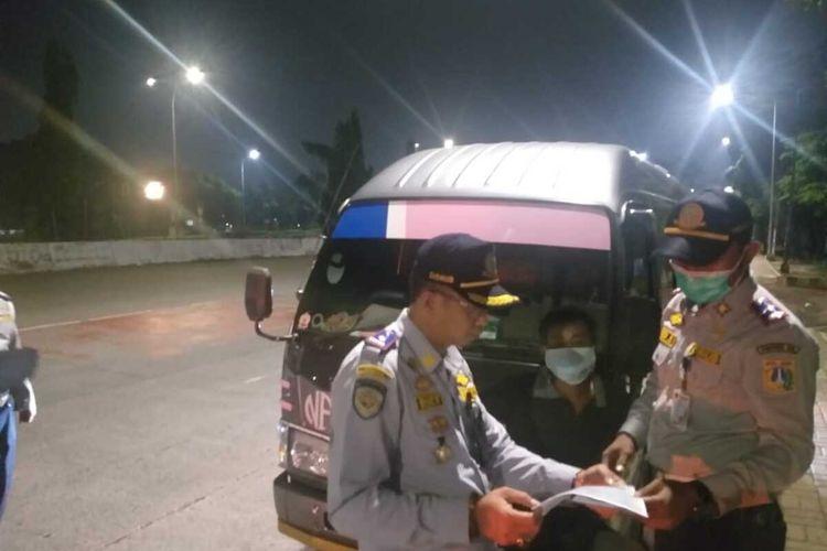 Petugas Suku Dinas Perhubungan Jakarta Timur saat menjaring oknum travel gelap yang mengangkut penumpang di kawasan Pasar Rebo, Jakarta Timur, Rabu (13/5/2020).