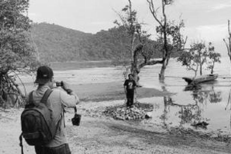 Pengunjung berpose menjelang senja di Pantai Pulau Datuk, Kabupaten Kayong Utara, Kalimantan Barat, Kamis (5/9/2013). Pantai yang terletak di Sukadana, ibu kota Kabupaten Kayong Utara, ini menjadi salah satu andalan sektor pariwisata Kayong Utara.